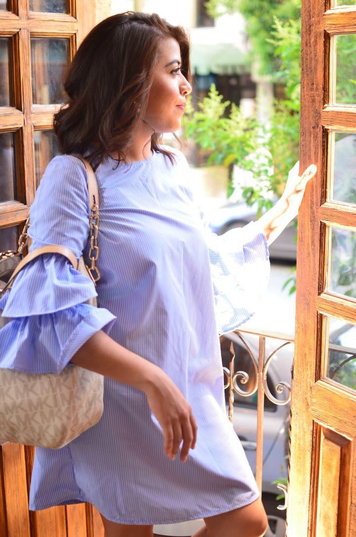 Entre los mejores colores para este verano 2017 esta el azul. Y entre las prendas más usadas un vestido con mangas con volantes. Muy trendy